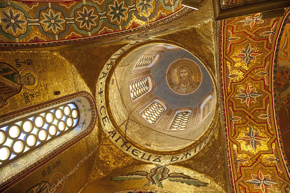 Храм Покрова Пресвятой Богородицы в Ясенево. В малом куполе Иоанн Предтеча. Мозаика