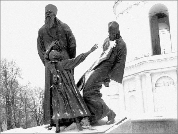 Памятник священникам и мирянам, пострадавшим за веру, в городе Шуя Ивановской области. Скульптурная композиция представляет собой двух священнослужителей и девочку, расстрелянных в 1922 году