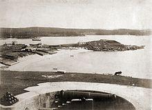 Бухта Уотсонс-бэй в Сиднее в 1880-е годы. Биологическая станция Миклухо-Маклая — в центре