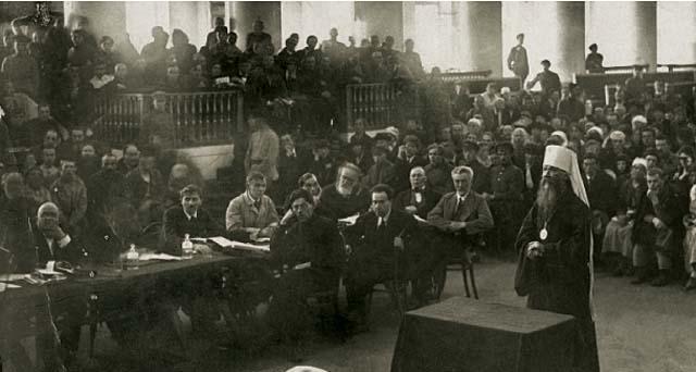 Митрополит Вениамин в зале суда.