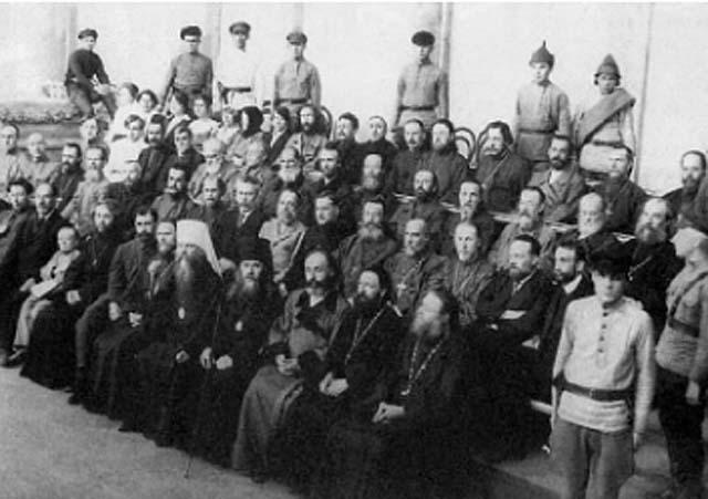 Последний снимок обвиняемых во главе с митрополитом Вениамином перед вынесением приговора. 5 июля 1922 г.
